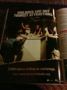 Propaganda numa revista local pede para que turistas não visitem orfanatos