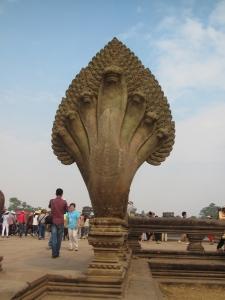 Um dos corrimões da entrada com a forma da serpente mítica Naga