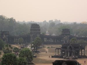 """Portão oeste do Angkor Wat. À direita, uma das """"bibliotecas"""""""