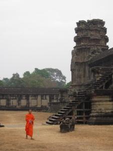 Monge caminhando por entre as ruínas