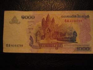 Uma nota de 1000 riels vale menos que 1 dólar...