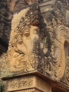 Detalhe de uma naga esculpida em Banteay Srei