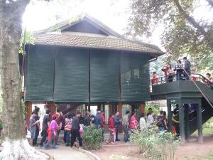 Casa em estilo palafita usada por Ho Chi Minh