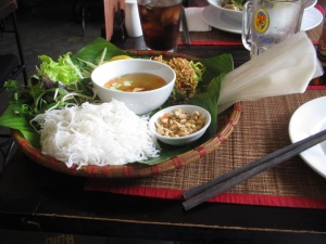 Prato no restaurante KOTO. Note as folhas de massa de arroz do lado