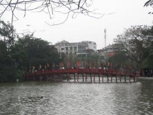 Ponte de madeira para o Templo Ngoc Son