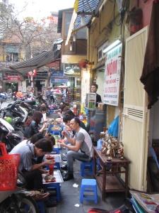 Comida de rua em Hanói é assim - aqui, no bairro antigo