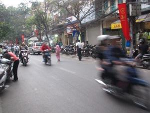 Motocicletas frenéticas em Hanói