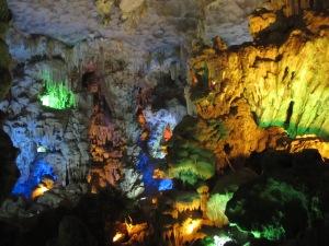 Luzes coloridas na caverna Động Thiên Cun