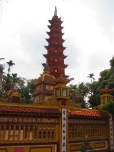 Torre com detalhes em porcelana no templo de Tran Quoc