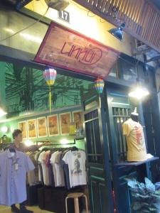 Fachada da loja de camisas e camisetas Unnui