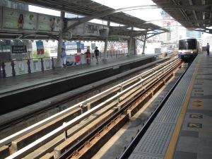 Plataforma de estação do Skytrain (BTS)