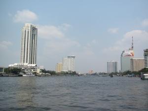 Hotéis junto ao rio em Bangkok: no primeiro plano, à esquerda, o The Peninsula, ao fundo, o Hilton