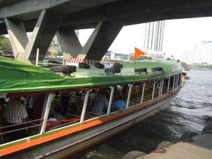Barco de bandeira laranja deixa o Central Pier