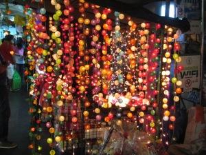 Lâmpadas coloridas à venda na Th Silom