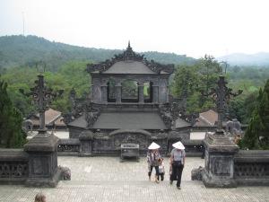 A escadaria na entrada do túmulo de Khai Dinh