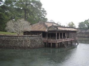 Laguinho e pavilhão Xung Khiem no túmulo de Tu Duc