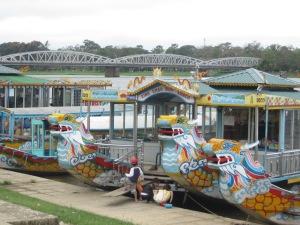 Barquinhos coloridos no Rio do Perfume com a ponte Trang Tien ao fundo