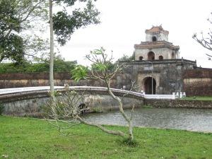 Portão Quang Duc e o fosso que circula a Cidadela