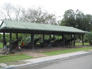 Os cinco canhões que ficam junto ao portão Quang Duc