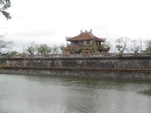 Lago/fosso ao fundo da Cidade Imperial, com o portão Hoa Binh atrás