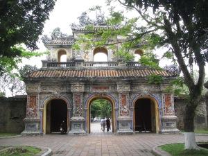 Um dos vários portões decorados da Cidade Imperial de Hue