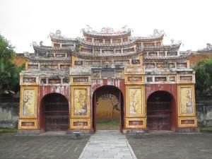 """O """"charme antigo"""" de um dos portões do Complexo do Templo To Mieu"""