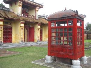 Serão cabines telefônicas inglesas? Não, é o Templo To Mieu