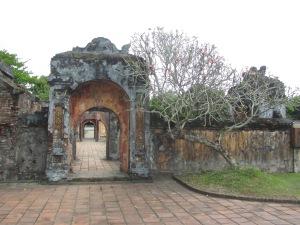 Ruínas próximas à Residência Dien Tho