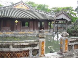 Laguinho e pavilhão com cafeteria na Residência Dien Tho