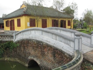 Ponte curva na Residência Truong San