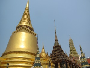Profusão de estupas e torres no Wat Phra Kaew