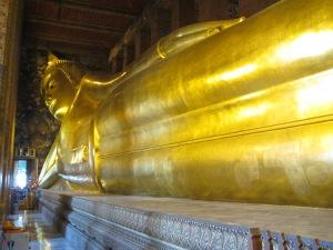 A gigantesca estátuta do Buda deitado no Wat Pho
