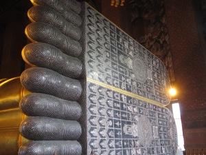 Os pés de madrepérola do Buda deitado
