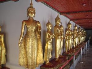 Fila de estátuas de Buda no Wat Pho