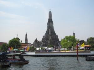 Chegando de barco no Wat Arun