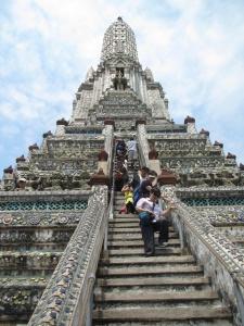 Olha a escada para subir no Wat Arun!