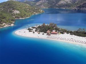 Praia de Ölüdeniz (imagem obtida em http://www.yeniemlak.com/)