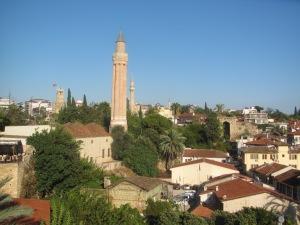 Telhados de Antalya com o minarete-flauta ao fundo