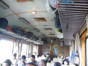 O apertado trem entre Hue e Danang