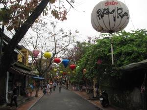 Lanternas enfeitam as ruas de Hoi An