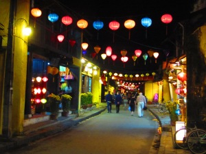 Lanternas iluminam as ruas de Hoi An à noite