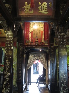 Casa da Família Tan Ky. Repare nos detalhes em madrepérola encrustados nas colunas