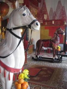 Estátuas de cavalos no interior da Congregação Cantonesa