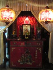 Altar em laca vermelha na capela da família Tran