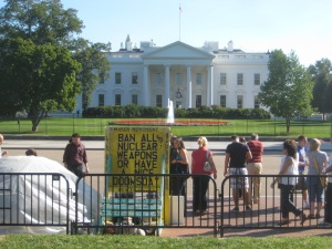 Protestos em frente à Casa Branca, na fachada voltada para a Lafayette Sq