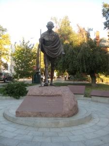 Estátua de Gandhi na frente da Embaixada da Índia, região do Dupont Circle