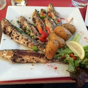 Prato de sardinhas assadas em um restaurante da Cours des Dames