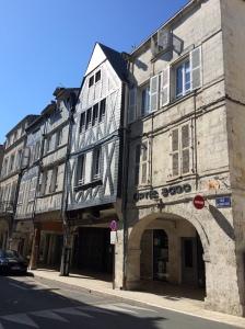 Casas com enxamel no centro de La Rochelle, com galerias em arcos embaixo