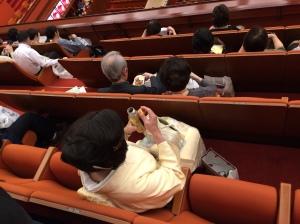 Como as sessões são longas, é normal as pessoas levarem bentôs para comerem nos intervalos