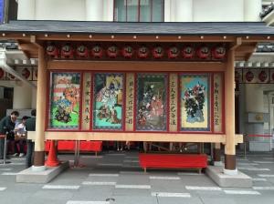 Cartazes das peças na frente do Kabuki-za. Repare na fila se formando atrás para o próximo ato